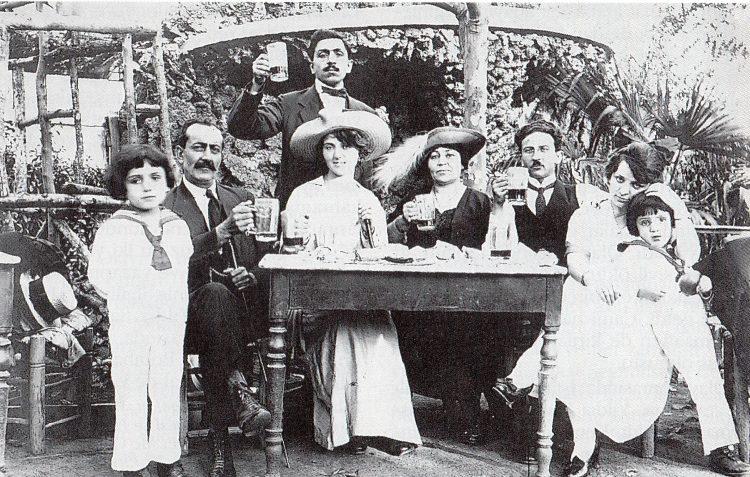 1930'larda Bomonti Bira Bahçesi'nde vakit geçiren İstanbullu bir aile