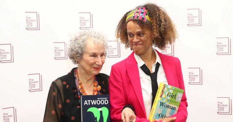 Margaret Atwood ve Bernardine Evaristo Booker Prize'ı paylaştılar.