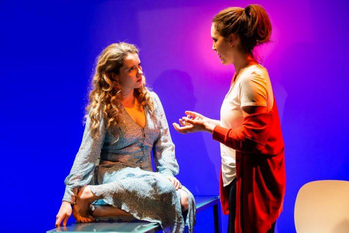 ''Meet Me At Dawn'' oyunundan bir sahne, Londra Arcola Theatre, Lidia Crisafulli