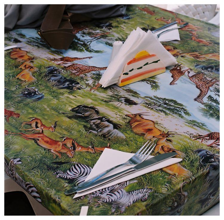 Göcek'te bir restoranın masası. Biz Magazine için Moda çekimi, 2003. Fotoğraf: Sıtkı Kösemen