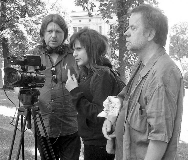 Fil Gibi Evdeki Şair belgeselinin yönetmenliğini, Özkök'ün torunu Anna Juhlin'in üstlendi.